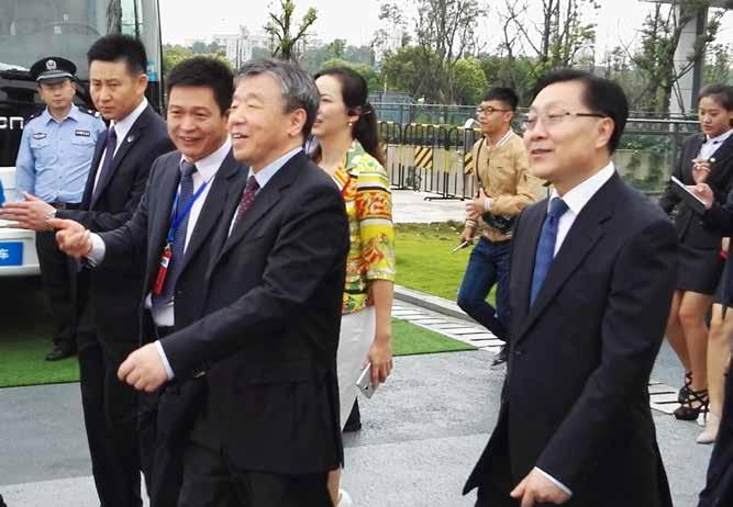 Zhang Xueshan (right), the Chairman of Zhenwei Exhibition accompanied Cheng Siwei (middle), the Vice Chairman of the Standing Committee of the Ninth,