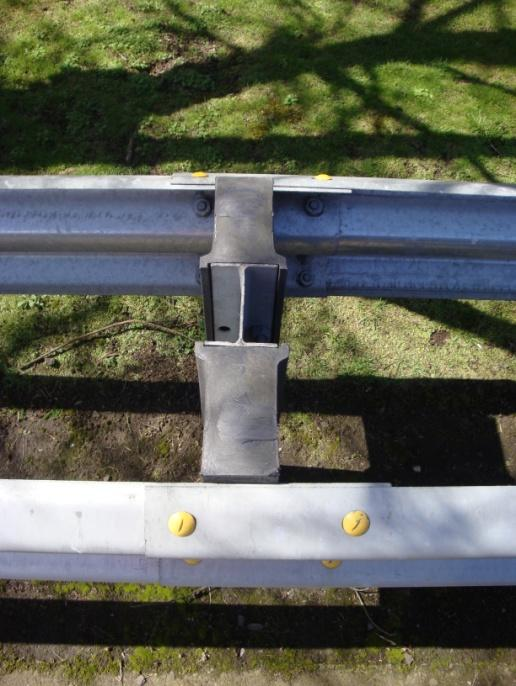 At post 7, lap rail in the direction of traffic as per standard Median barrier. Ensure that rail 2 is spliced to rail 3 using the special shear bolts (yellow head) supplied.